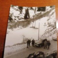 Fotografía antigua: FOTO COCHES CARRETERA MONTAÑAS NEVADAS AÑOS 60. Lote 139359490
