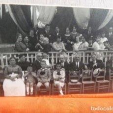 Fotografía antigua: ANTIGUA FOTO GRUPO DE GENTE DE PUBLICO FOTOGRAFO AMADEO . Lote 140531290