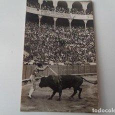 Fotografía antigua: BARCELONA. PLAZA DE TOROS. CORRIDA. LANCE DE BANDERILLAS. ANTIGUA IMAGEN.. Lote 140565498