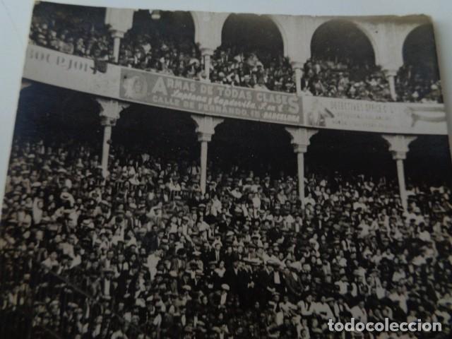 Fotografía antigua: BARCELONA. PLAZA DE TOROS. CORRIDA. LANCE DE BANDERILLAS. ANTIGUA IMAGEN. - Foto 3 - 140565498