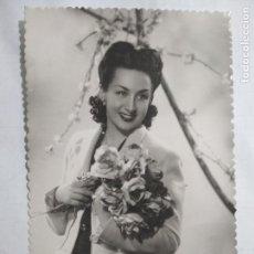 Fotografía antigua: FOTOGRAFIA POSTAL, SEÑORITA CON RAMO DE FLORES, ESCRITA AÑO 1945. Lote 141633454
