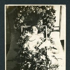 Fotografía antigua: POSTMORTEM. ESTREMECEDORA FOTOGRAFÍA DE NIÑA MUERTA. ANÓNIMO. C. 1900. Lote 141717422