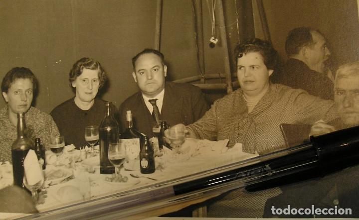 Fotografía antigua: antigua foto fotografia comida con cerveza el aguila - Foto 2 - 142829126