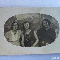 Fotografía antigua: ANTIGUA FOTOGRAFIA DE ESTUDIO TARGETA POSTAL DE 3 MUJERES - SIN CIRCULAR. Lote 142921058