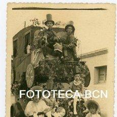 Fotografía antigua: FOTO ORIGINAL COCHE DISFRAZADO DE CARRUAJE FIESTA TRADICIONAL POSIBLEMENTE CATALUNYA AÑOS 40/50. Lote 143133098