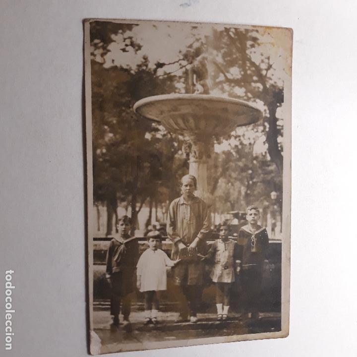 MADRID, PASEO DEL PRADO, RETRATO MADRE CON HIJOS TRAS LAS CUATRO FUENTES (Fotografía Antigua - Tarjeta Postal)
