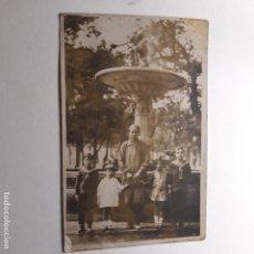 Fotografía antigua: MADRID, PASEO DEL PRADO, RETRATO MADRE CON HIJOS TRAS LAS CUATRO FUENTES. Lote 144005498