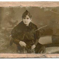 Fotografía antigua: FOTO MUY ANTIGUA, PUESTA EN UNA BASE DURA, TAMAÑO 9X13 CON ANUNCIOS EN LA TRASERA. Lote 144224786