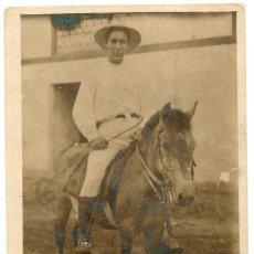 Fotografía antigua: FOTO MUY ANTIGUA, EN BASE DE CARTONCILLO, TAMAÑO 9X13 CON INSCRIPCIONES EN LA TRASERA.. Lote 144225478