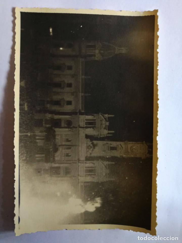 Fotografía antigua: Antigua fotografía postal. Falla plaza del ayuntamiento.La Cremà. Fallas de valencia. Años 40/50. - Foto 2 - 144318094