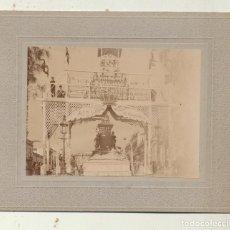 Fotografía antigua: FOTOGRAFÍA (8,5X11,5) SOBRE CARTÓN. A S. M. EL REY, LA COLOMBÓFILA. VISITA DE ALFONSO XIII A TENERIF. Lote 144978788