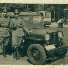 Photographie ancienne: DOS MILITARES DE UNIFORME COCHE CORREO MILITAR. PAÍS A IDENTIFICAR. HACIA 1940.. Lote 146292606