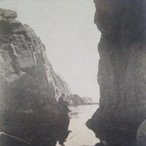pescando entre rocas foto postal blanco y negro