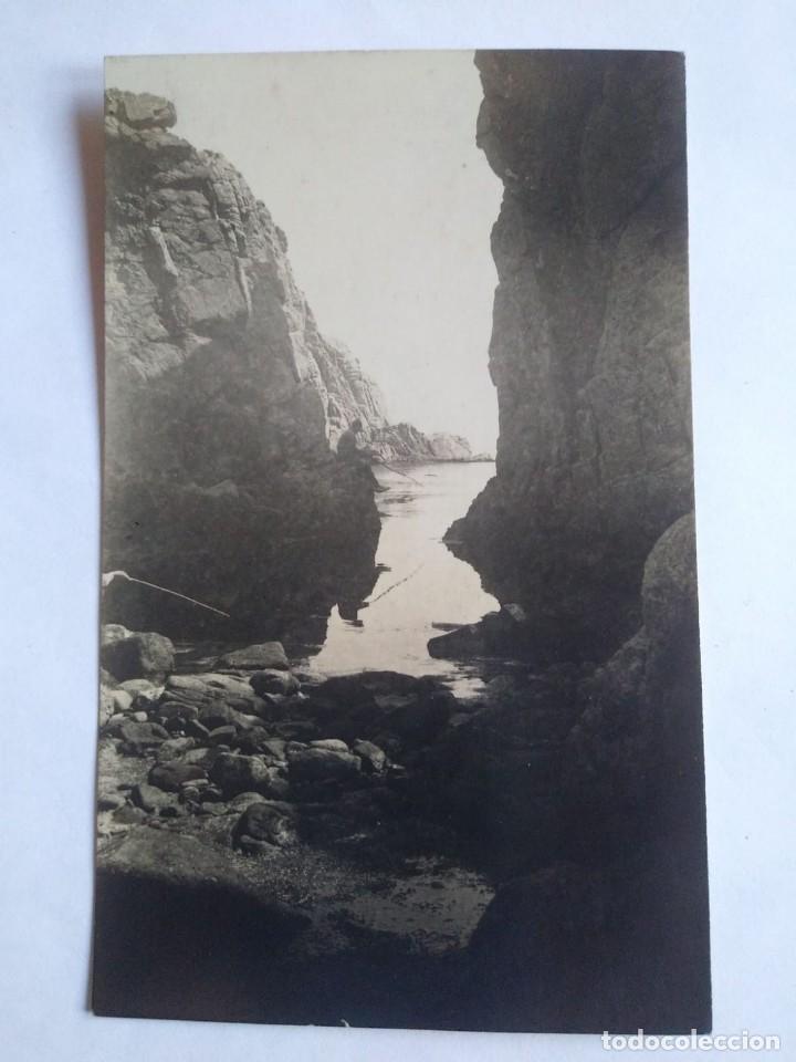 Fotografía antigua: pescando entre rocas foto postal blanco y negro - Foto 2 - 139453682