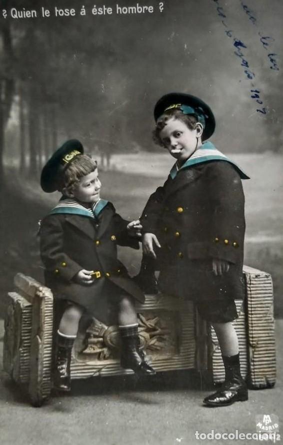 1909 ¿QUIEN LE TOSE A ESTE HOMBRE? NIÑOS FUMANDO, VESTIDOS DE MARINEROS. (Fotografía Antigua - Tarjeta Postal)