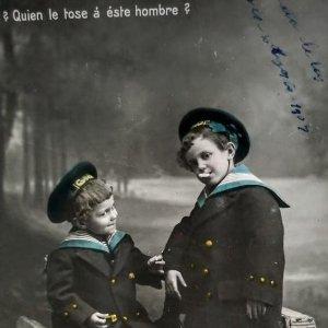 1909 ¿quien le tose a este hombre? Niños fumando, vestidos de marineros.