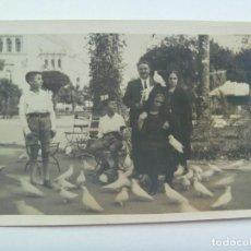 Fotografía antigua: MINUTERO PARQUE Mª LUISA SEVILLA : FAMILIA, MUJERES CON MANTILLA EN PLAZA DE LAS PALOMAS. PP. SIGLO. Lote 148090578