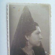 Fotografía antigua: PRECIOSO RETRATO DE SEÑORITA CON PEINETA Y MANTILLA, 1941. DE SERRACER , SEVILLA. Lote 149579858