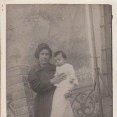 Fotografía antigua: CURIOSA FOTO TARJETA POSTAL. MADRE CON BEBÉ EN BRAZOS DECORADO CON SU CABALLETE DETRÁS. 1900-10. Lote 151419582