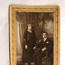 Fotografía antigua: FOTOGRAFÍA. RETRATO DE ESTUDIO . JÓVENES EN PRIMERAS NUPCIAS...... (H.1900?) SAGUNTO. Lote 151465092