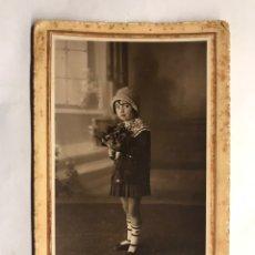Fotografía antigua: FOTOGRAFÍA. RETRATO DE ESTUDIO . NIÑA DE MIRADA TRAVIESA ... (H.1900?) AUTOR: LEON.. Lote 151465118