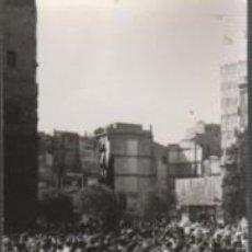 Fotografía antigua: FOTO TAMAÑO POSTAL BALLADA D SARDANES PÇA. DE LA CATEDRAL DE BARCELONA 1972. Lote 151500962