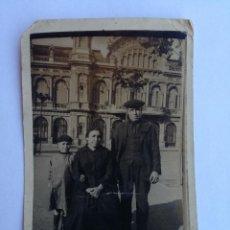 Fotografía antigua: ANTIGUA FOTOGRAFIA TARJETA POSTAL. FAMILIA ENFRENTE LA ESTACIÓN DE TREN DE FRANCIA BARCELONA. Lote 153894522