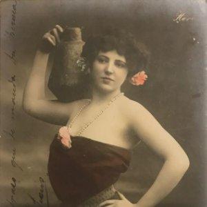 Mujer con jarrón. Fotografía / Tarjeta postal. Original. GC 233/2 Manuscrita por ambas caras