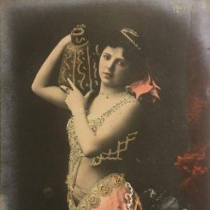 Mujer con jarrón. Fotografía / Tarjeta postal. Original. Hero