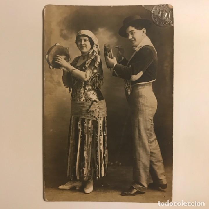 Fotografía antigua: 1916 Tocando la pandereta. Postal fotográfica - Foto 2 - 155251478