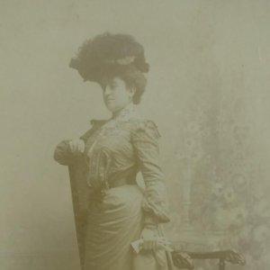 Mujer con sombrero. Vestido de época. Postal Antigua.