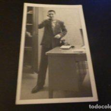 Fotografía antigua: HOMBRE AL TELEFONO POSTAL FOTOGRAFICA. Lote 155637450