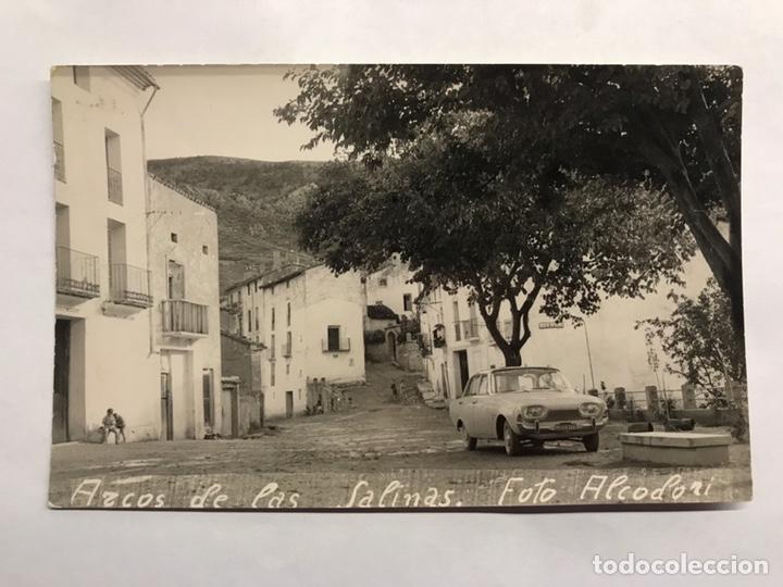 ARCOS DE LAS SALINAS (TERUEL) FOTOGRAFÍA POSTAL. PLAZA PRINCIPAL. AUTOR: ALCODORI (A.1963) (Fotografía Antigua - Tarjeta Postal)
