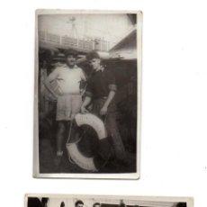 Fotografía antigua: PS8142 LOTE DE 2 FOTOGRAFÍAS DE TRIPULANTES DEL PETROLERO ATHEL PRINCE. 1953. Lote 155905614