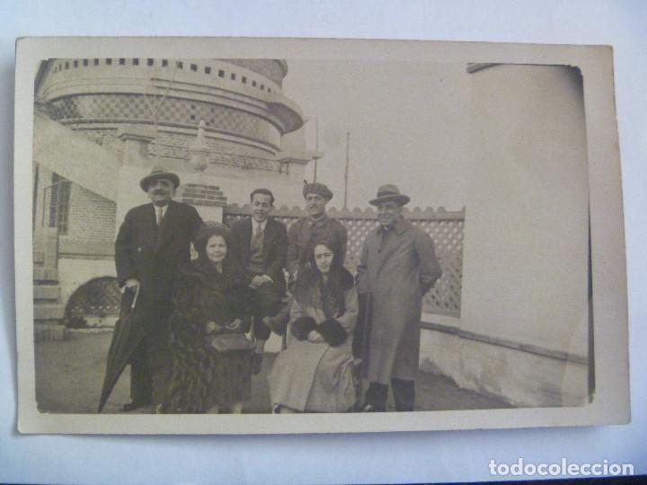 FOTO DE FAMILIA POSANDO, CON MILITAR , MUJERES CON PEINETA Y MANTILLA. PRINCIPIOS DE SIGLO (Fotografía Antigua - Tarjeta Postal)