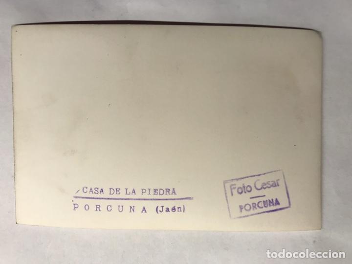 Fotografía antigua: PORCUNA (Jaén) Postal Fotografía.Animada Casa de la Piedra. Edita: foto Cesar (h.1960?) - Foto 2 - 156004480
