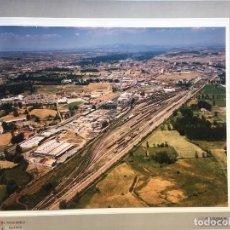 Fotografía antigua: PAISAJES ESPAÑOLES N 594968 LEON RENFE FOTO AEREA GRANDE 39X30,5 CM EN MARCO CARTÓN 47X40 CM. Lote 157922218