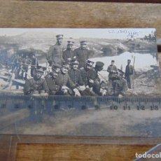 Fotografía antigua: FOTO TARJETA POSTAL MILITARES OFICIALES CUERPO INGENIEROS EPOCA ALFONSO XIII CONSTRUCCION PUENTE. Lote 159224586