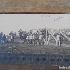Fotografía antigua: FOTO TARJETA POSTAL MILITARES OFICIALES CUERPO INGENIEROS EPOCA ALFONSO XIII CONSTRUCCION PUENTE. Lote 159224922
