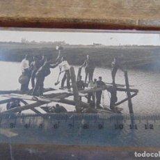 Fotografía antigua: FOTO TARJETA POSTAL MILITARES OFICIALES CUERPO INGENIEROS EPOCA ALFONSO XIII CONSTRUCCION PUENTE. Lote 159224966