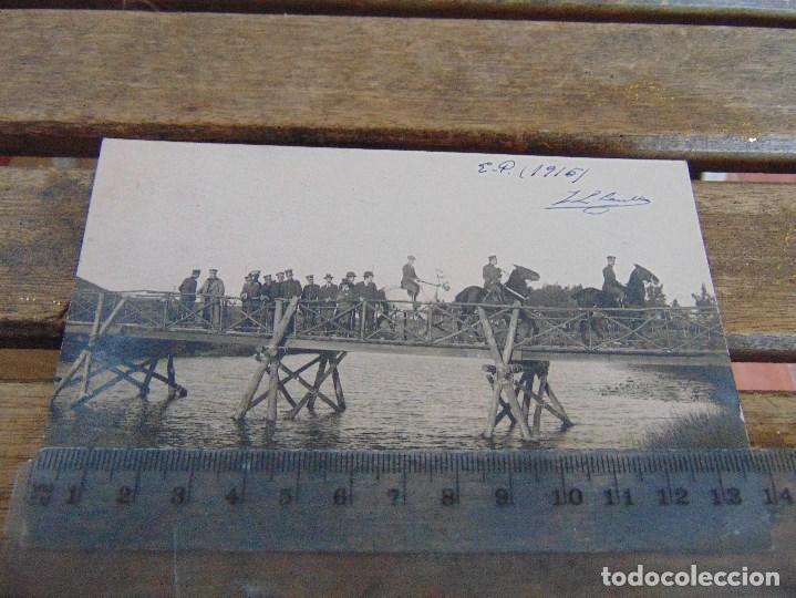 FOTO TARJETA POSTAL MILITARES OFICIALES CUERPO INGENIEROS EPOCA ALFONSO XIII CONSTRUCCION PUENTE (Fotografía Antigua - Tarjeta Postal)