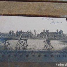 Fotografía antigua: FOTO TARJETA POSTAL MILITARES OFICIALES CUERPO INGENIEROS EPOCA ALFONSO XIII CONSTRUCCION PUENTE. Lote 159225206