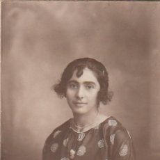 Fotografía antigua: PRECIOSO RETRATO TARJETA POSTAL. JOVEN MUJER CON CAMAFEO. J. DERREY, VALENCIA. 1921.. Lote 159993194