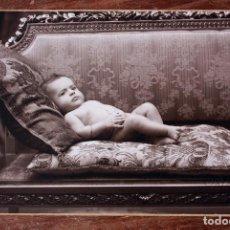 Fotografía antigua: ANTIGUA FOTOGRAFIA NIÑO BEBE - MODERN STUDI XAVIER PELLICER - BARCELONA - 1933 - 14,3 X 9,5CM. Lote 160303550
