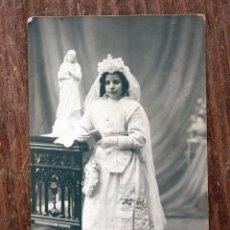 Fotografía antigua: ANTIGUA FOTOGRAFIA TARJETA POSTAL - NIÑA DE 1º COMUNION - TALLERES FOTOGRAFICOS AMER - BARCELONA. Lote 160364646