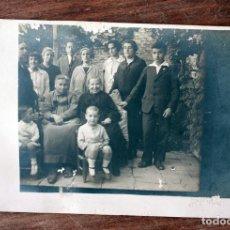Fotografía antigua: ANTIGUA FOTOGRAFIA TARJETA POSTAL - FAMILIA POSANDO - AÑOS 40. Lote 160365630