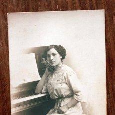 Fotografía antigua: ANTIGUA FOTOGRAFIA TARJETA POSTAL - SEÑORA MODERNISTA AL PIANO - AÑOS 20 - FABREGAT - BARCELONA. Lote 160366478