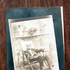 Fotografía antigua: ANTIGUA FOTOGRAFIA TARJETA POSTAL - CABALLERO EN TUMBONA - PRINCIPIOS DE SIGLO - 13.5X8.5CM. Lote 160367894