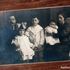 Fotografía antigua: ANTIGUA FOTOGRAFIA TARJETA POSTAL - FAMILIA POSANDO - AÑOS 20 / 30 - BUSQUETS - BARCELONA. Lote 160371738