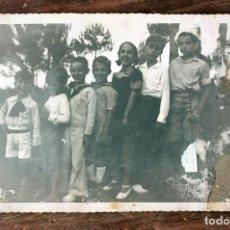 Fotografía antigua: ANTIGUA FOTOGRAFIA TARJETA POSTAL - GRUPO DE NIÑOS Y NIÑAS - AÑOS 40 / 50 - 13.5X8.5CM. Lote 160371898